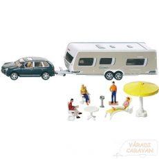 Lakókocsi személygépkocsival, kempingező figurákkal